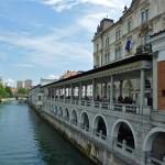 U arkadama nad rijekom su brojni restorani i trgovinice