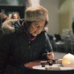 Gospođa čita opis parfema (foto:Urška Boljkovac)
